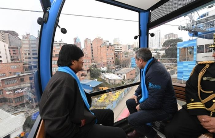 El presidente Evo Morales en una de las cabinas de la Línea Celeste. Foto: ABI
