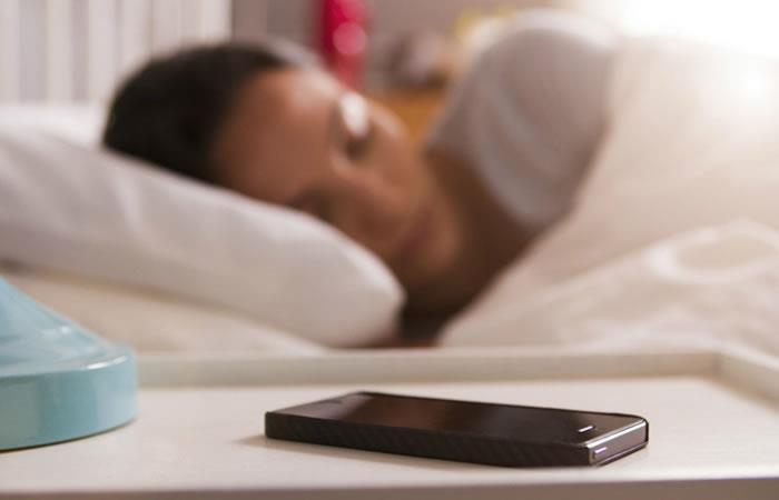 Razones por las que no debes dormir con el celular. Foto: Pixabay