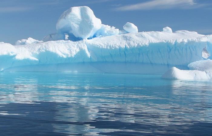 Gigantesco iceberg amenaza a un pueblo de Groenlandia