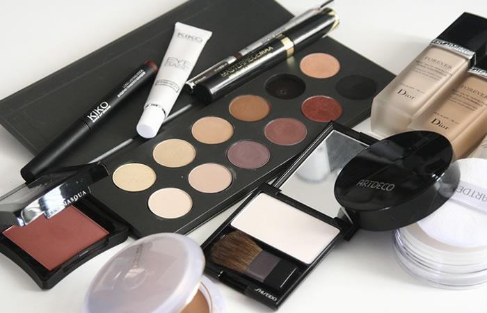 Tener el maquillaje correcto en la cartera la sacará de apuros. Foto: Pixabay