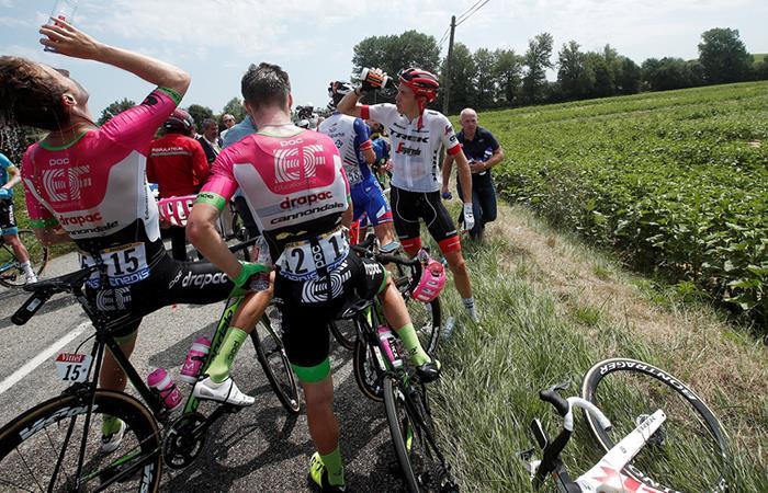 Detenida la competencia por protesta de agricultores en el Tour de Francia. Foto: EFE