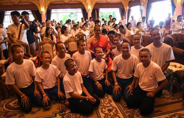 El DT Ekkapol Chantawong (C) y los doce jugadores de los