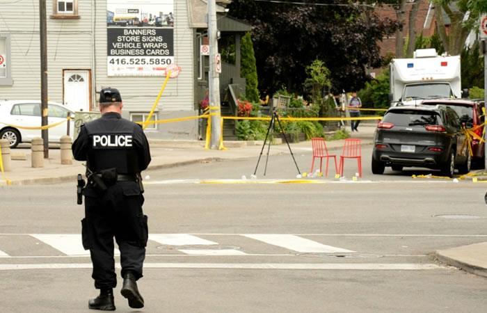 Un policía custodia la escena de un tiroteo en Canadá. Foto. AFP.