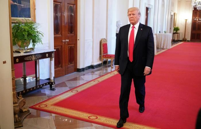 El presidente estadounidense Donald Trump recorre la Casa Blanca. Foto. AFP.