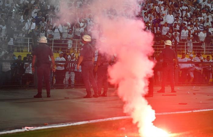 Hinchas de Santos provocaron disturbios en el partido ante Independiente. Foto: AFP