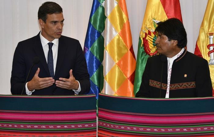 El presidente del gobierno español Pedro Sánchez (I) y el jefe de Estado boliviano Evo Morales hablando en Santa Cruz, Bolivia, el 28 de agosto de 2018. Foto. AFP.