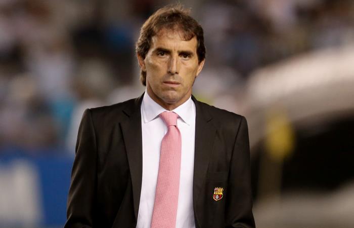 Técnico escupe a un hincha en el fútbol de Ecuador