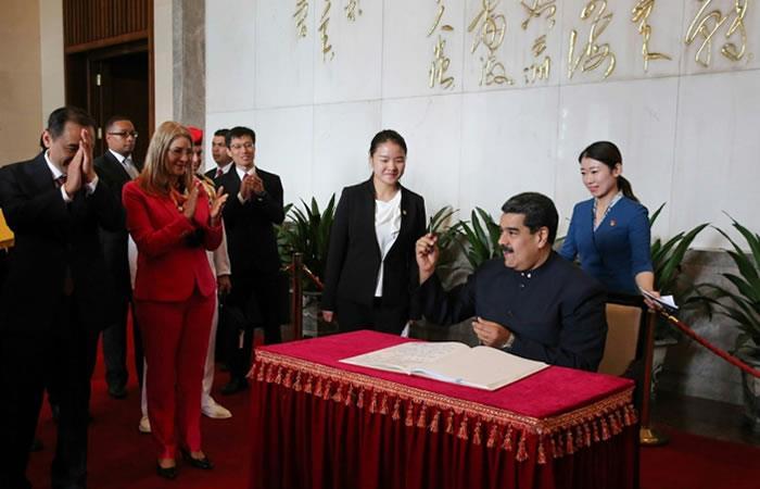 Nicolás Maduro deja un mensaje durante su visita al mausoleo de Mao Zedong en Pekín. Foto: AFP.
