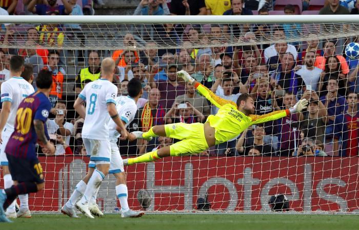 Lionel Messi anota el primer gol para Barcelona ante el PSV Eindhoven. Foto: EFE