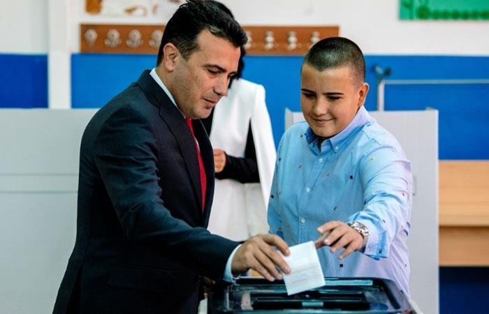 El primer ministro macedonio, Zoran Zaev, vota en el referéndum del 30 de septiembre de 2018 sobre el nuevo nombre del país. Foto: AFP.