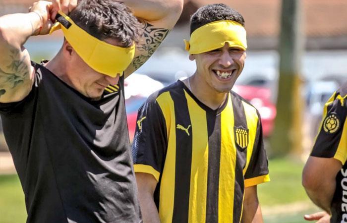 Así se vendaron los ojos los jugadores de Peñarol. Foto: twitter oficial Peñarol