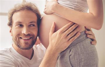 ¿Por qué los bebés patean el vientre de la madre?