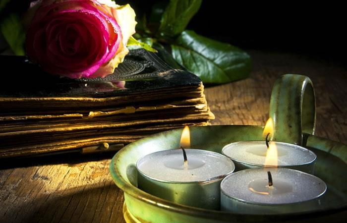 Ritual con velas para Navidad. Foto: Shutterstock
