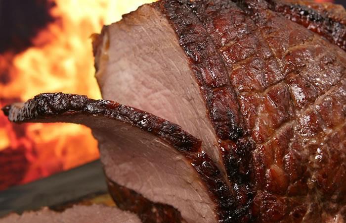 La tradición de comer cerdo a la medianoche. Foto: AFP