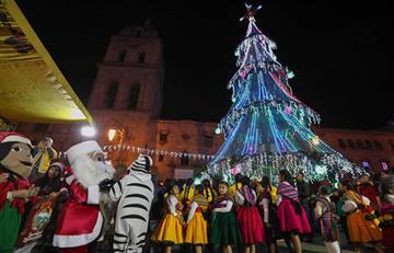 La Paz da la bienvenida a la Navidad con villancicos y enormes árboles