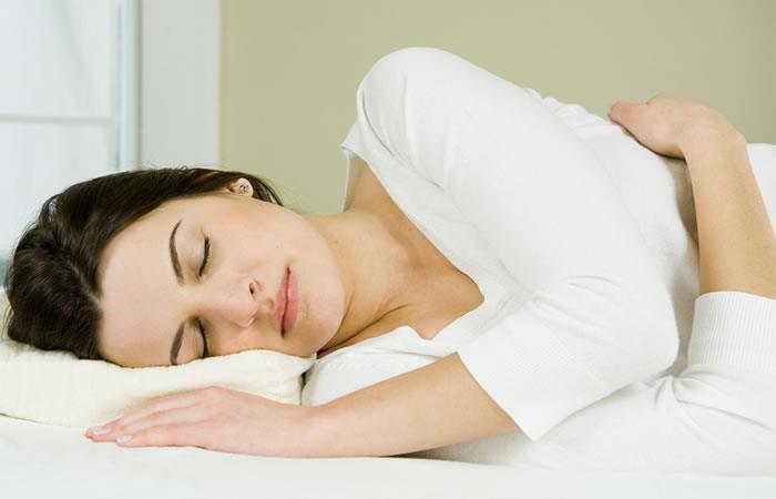 Mujer durmiendo. Foto: AFP