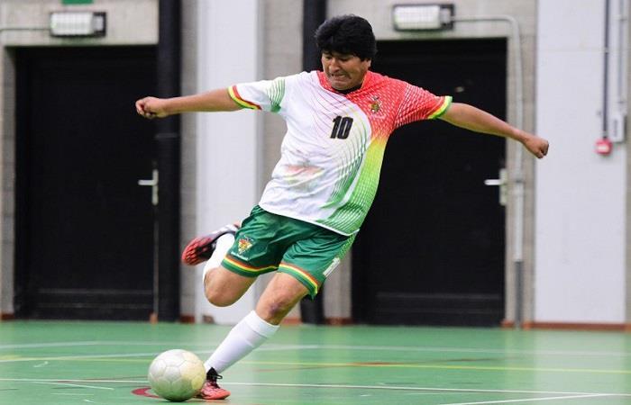 Morales siempre ha mostrado su afición al 'deporte rey'. Foto: Twitter