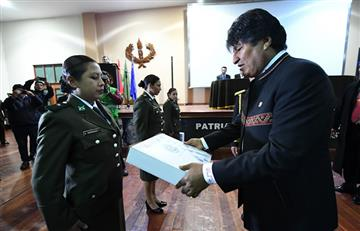 Presidente entrega 327 computadoras a cadetes egresados de la Anapol