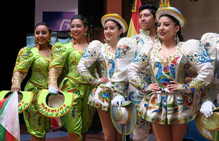 Jóvenes bailarinas de la danza boliviana de los Caporales. Foto: EFE