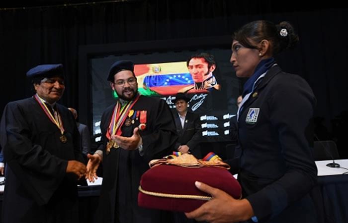 """""""Es una enorme alegría visitar nuevamente #Caracas, donde recibimos el Doctorado Honoris Causa de parte de diez universidades venezolanas."""" Evo Morales. Foto: ABI"""
