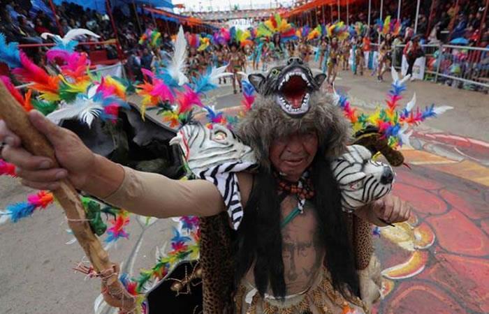 Ciudadanos bolivianos participan en la danza de los Tobas. Foto: EFE.