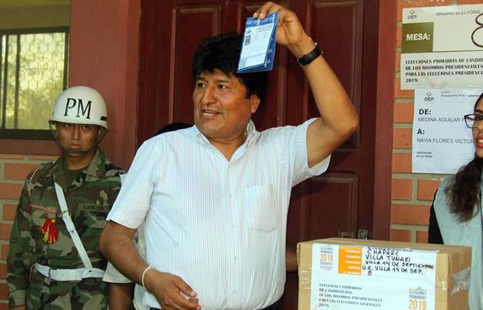 Evo Morales, mientras vota durante las elecciones primarias este domingo, en la localidad central de Villa Turani (Bolivia). Foto: EFE.