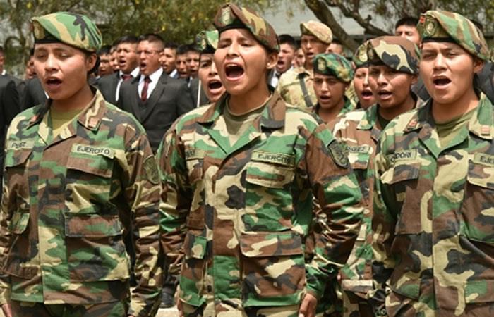 Morales destacó la inclusión de mujeres en las Fuerzas Armadas. Foto: ABI