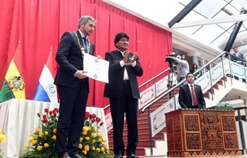 Presidente de Paraguay, Mario Abdo, es condecorado por el gobierno de Bolivia