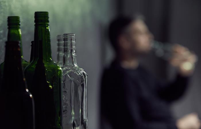 Doble A. Alcohólicos Anónimos es una opción para alejar la bebida. Foto: Shutterstock