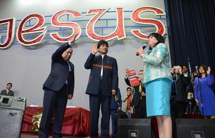 Evo Morales durante un culto evangélico en 2018. Foto: Twitter