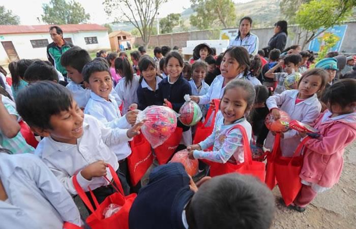 Niños de la unidad educativa reciben regalos este jueves, en Santiváñez. Foto: EFE