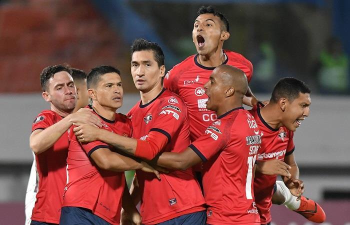 Los bolivianos celebraron tras derrotar por 3-2 al equipo brasileño. Foto: EFE