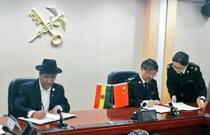 Canciller Diego Pary firmando el acuerdo. Foto: ABI