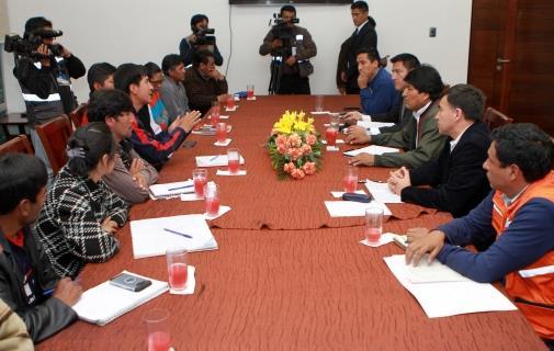 Delegación de los afectados en reunión con Gobierno. Foto: ABI