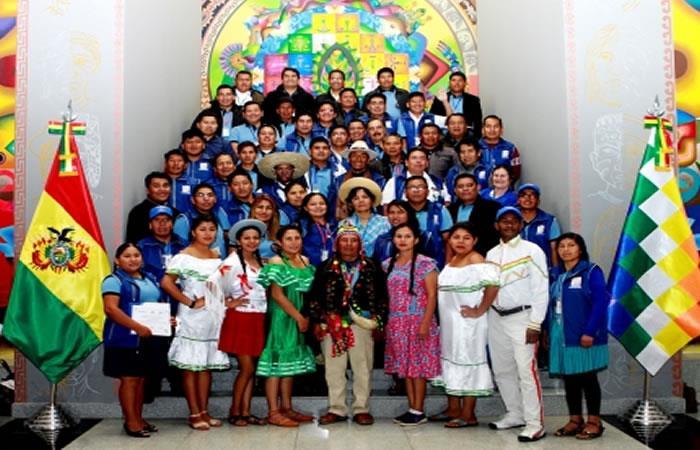 Ciudadanos en la Casa Grande del Pueblo. Foto: ABI.