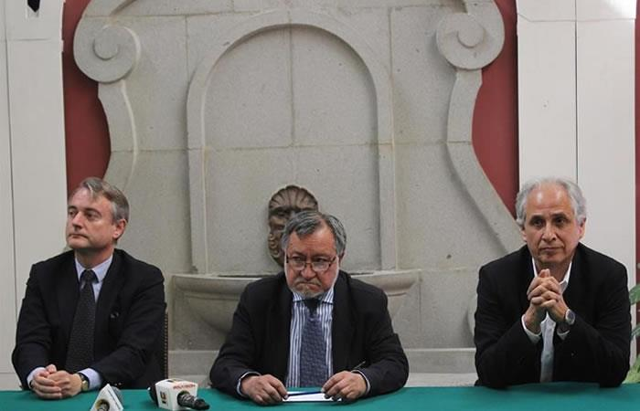 Embajador de la Unión Europa en Bolivia, León de la Torre; presidente de la Fundación para el Periodismo de Bolivia, Juan Carlos Salazar, y el director ejecutivo, Renán Estenssoro. Foto: EFE