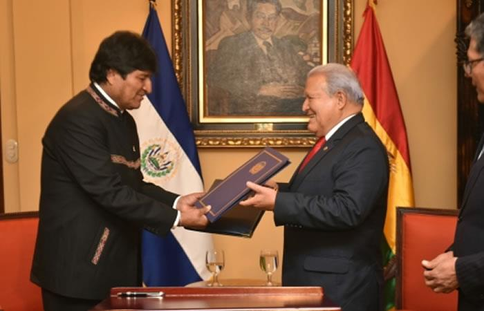 Presidente de Bolivia, Evo Morales y Salvador Sánchez Cerén, expresidente de Bolivia. Foto: ABI