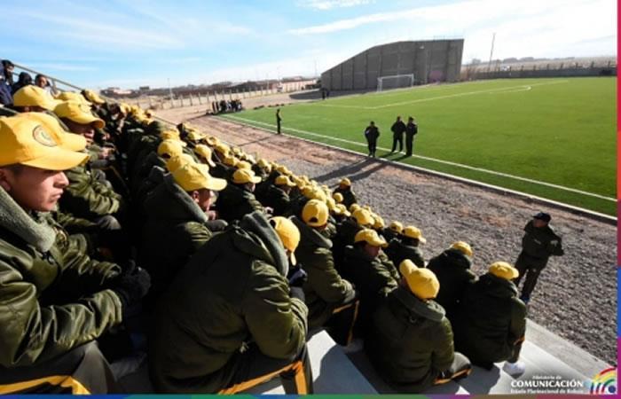 Nueva cancha de fútbol con césped sintético del Comando de la Policía de Oruro. Foto: ABI.