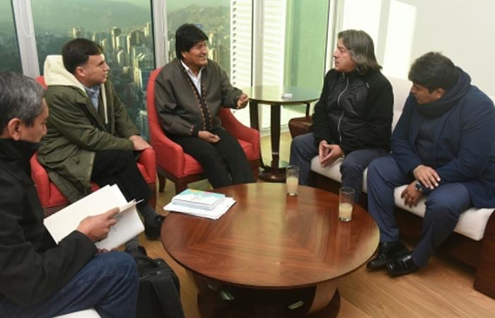 Conversación sobre el gran Premio Nacional. Foto: ABI.