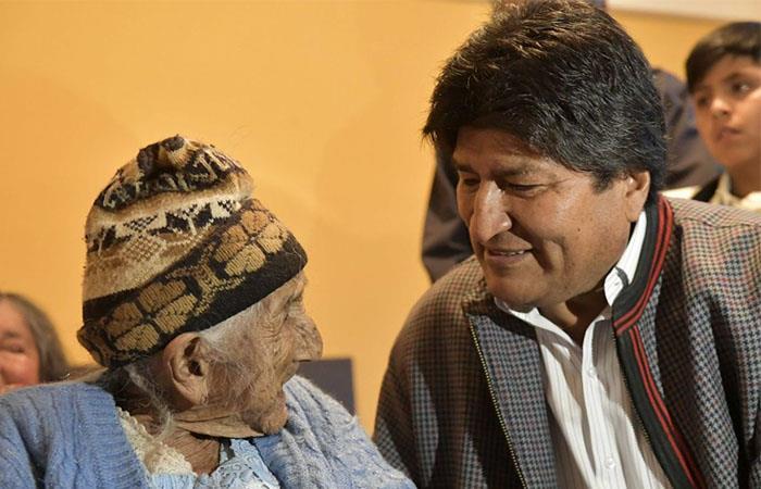 """""""Mamá Julia"""" y el presidente Evo Morales nacieron en la misma fecha, el 26 de octubre. Foto: Twitter"""