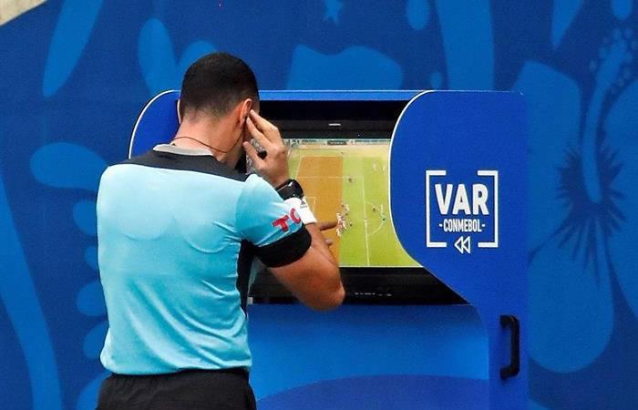 Primera vez que se juega con el VAR en una cancha boliviana. Foto: EFE.
