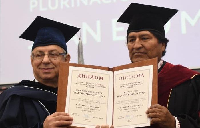 Evo es condecorado doctor honoris causa en Rusia