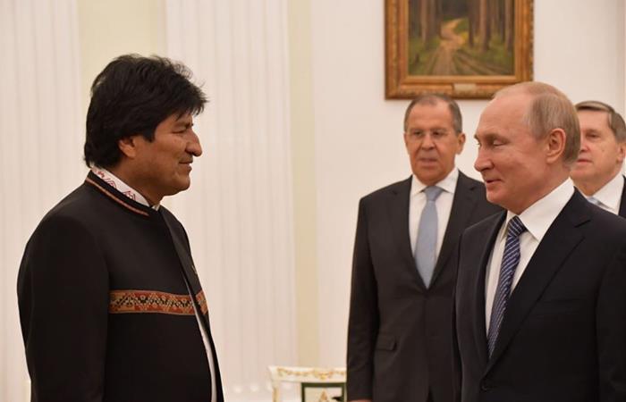Momento en que ambos presidentes se saludan en Rusia. Foto: Twitter @MRE_Bolivia