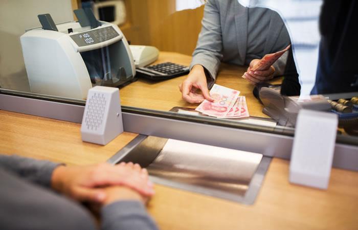 Mujer recibió billetes falsos al cobrar su jubilación. Foto: ShutterStock.