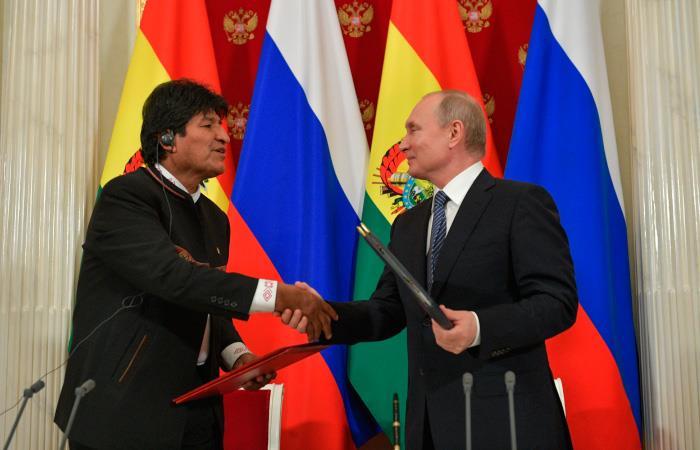 Evo Morales y Vladímir Putin firman acuerdos. Foto EFE