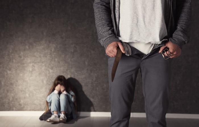 Arrestan a padres de menores sentenciados por violación a menor