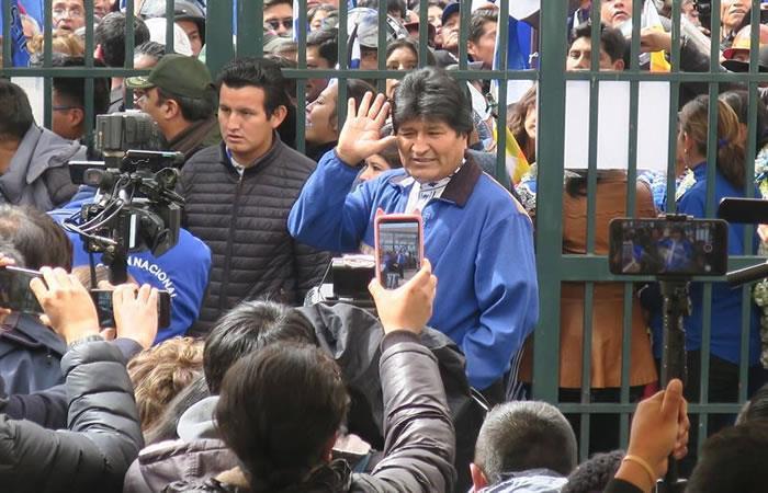 Evo Morales saluda a su llegada este viernes a las oficinas del Órgano Electoral Plurinacional, en La Paz (Bolivia). Foto: EFE
