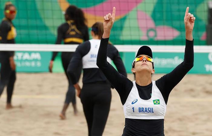 Carolina Horta (frente) y Angela Reboucas celebra ante Melanie Valenciana y Charles Mannika de Islas Vírgenes este miércoles en un juego de voleibol de playa. Foto: EFE