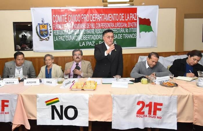 El presidente del Comité Cívico Pro Departamento de La Paz, Antonio Alarcón (centro). Foto: EFE.