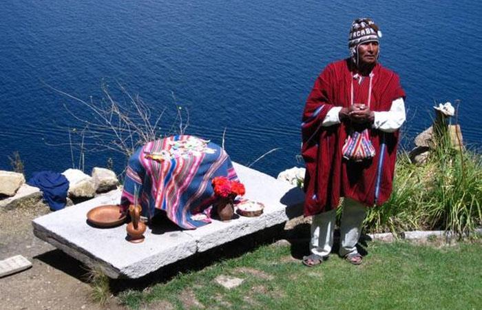 'Yatiri' en ceremonia en la Isla del Sol, Lago Titicaca. Foto: Twitter